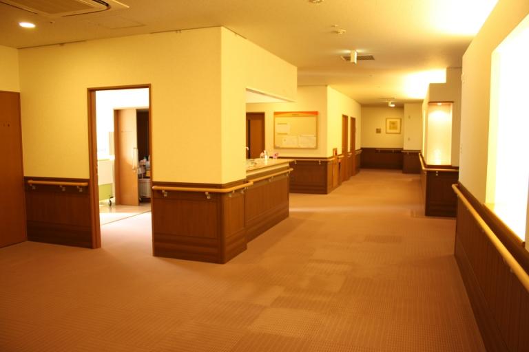 じゅうたん敷きの病室前廊下