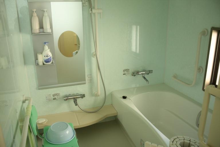 ゆっくりとご入浴できる浴室